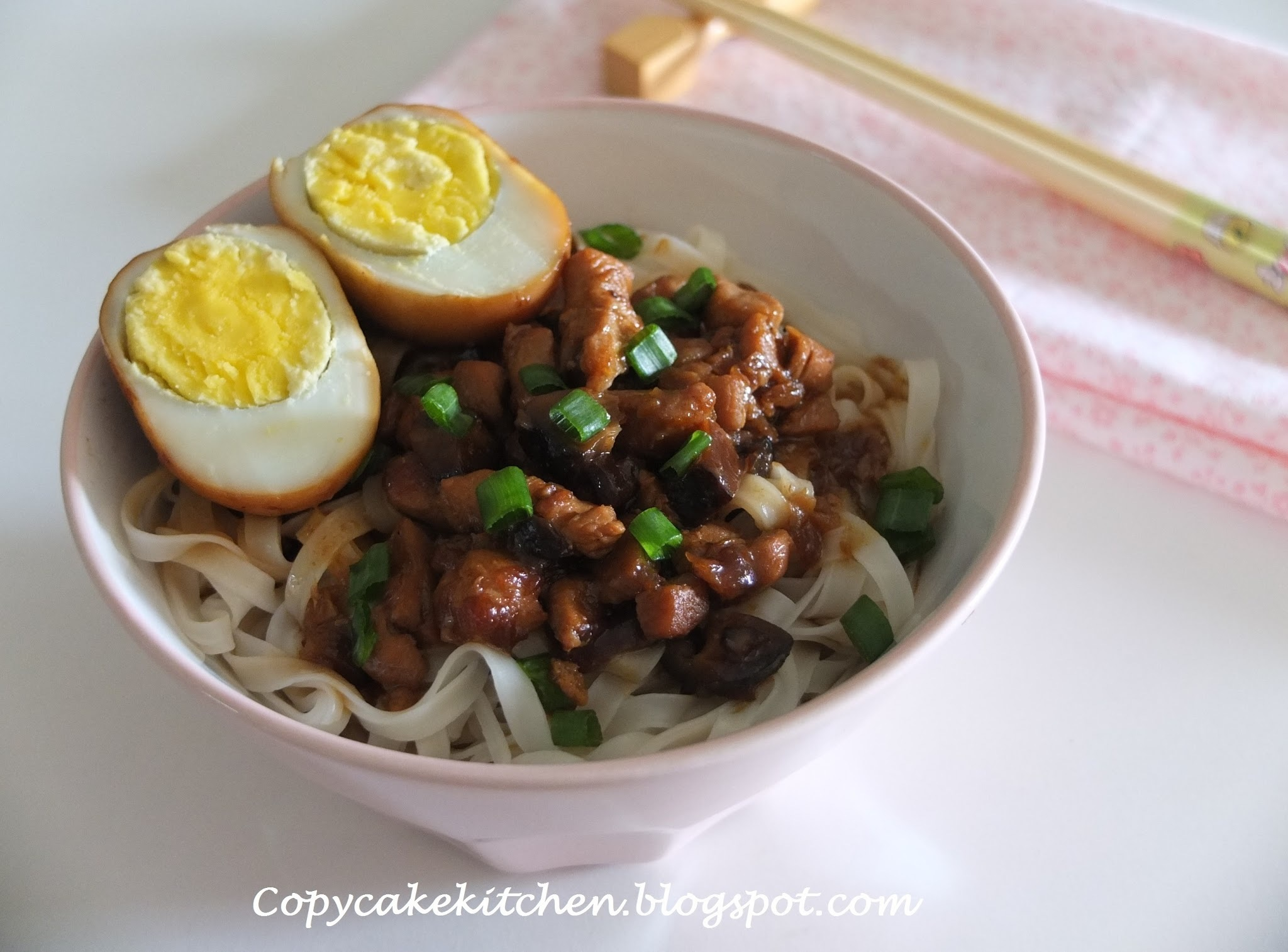 Braised Egg & Minced Meat Noodles (滷蛋与肉燥面)