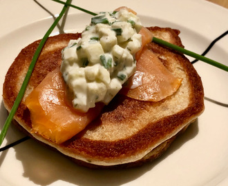 smoked salmon blinis with an apple sour cream topping