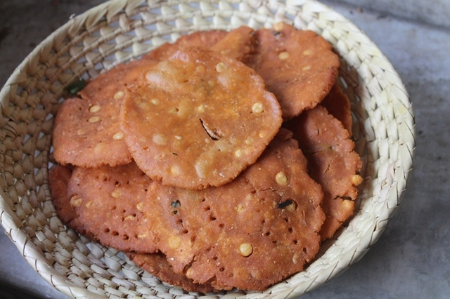 Kara Thattai Recipe / Spicy and Crispy Thattai Recipe - Krishna Jayanthy Recipes