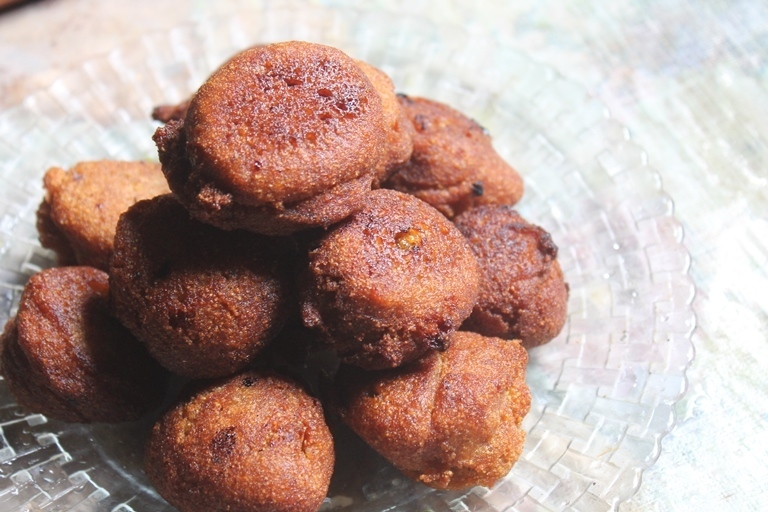 Easy Sweet Rava Appam Recipe - Sweet Sooji Paniyaram Recipe