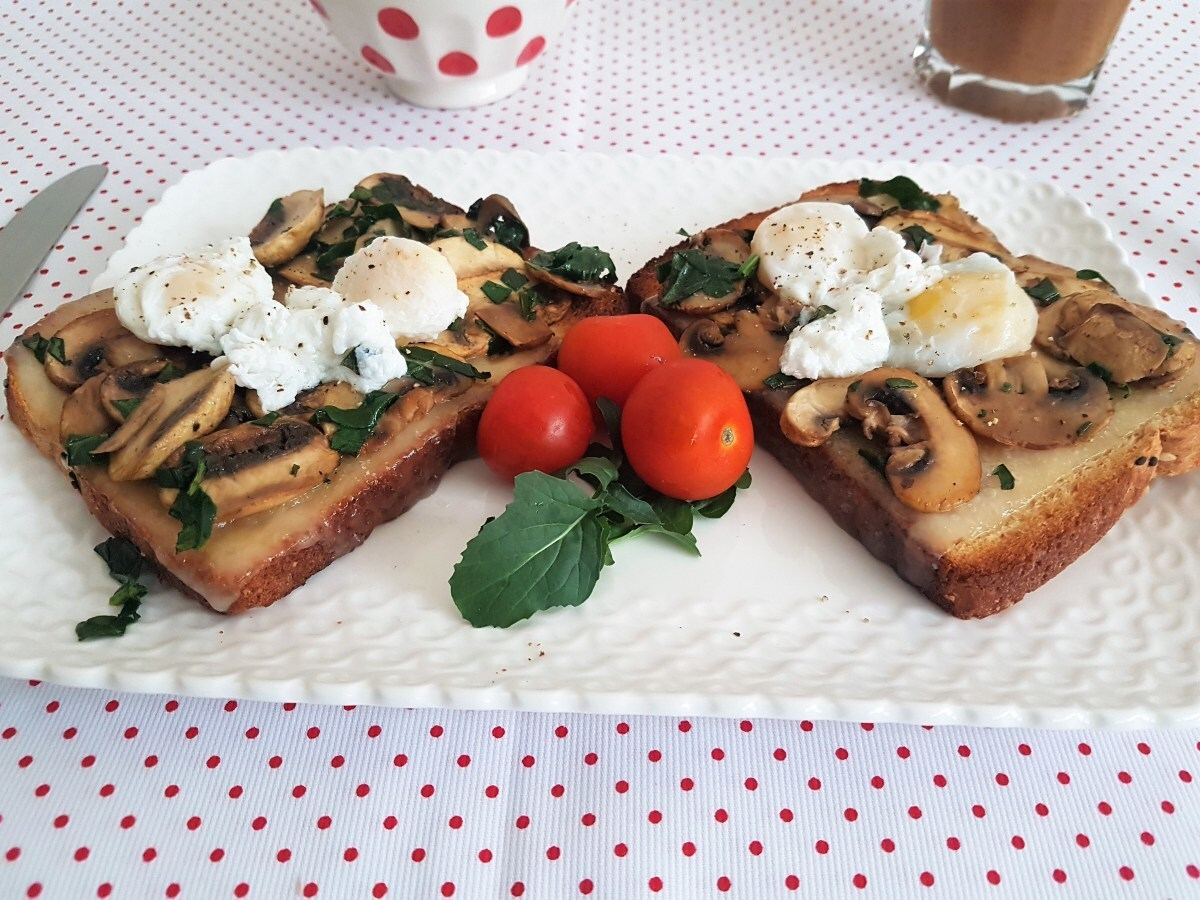 Sándwich abierto de champiñones, fontina y huevos pochados/ Open faced sandwich with mushrooms, fontina and poached eggs