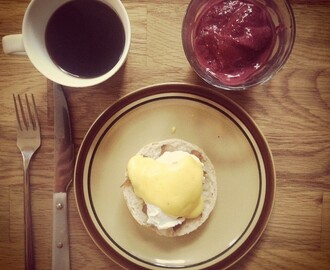 Eggs Benedict – with tips and tricks for hollandaise sauce and poached eggs