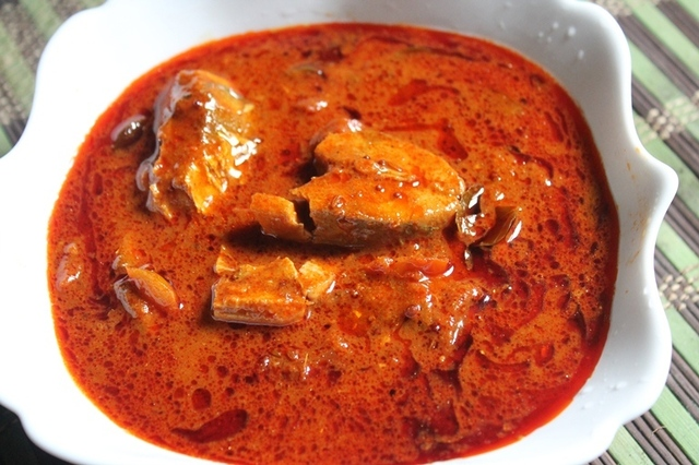 Andhra Spicy Fish Curry Recipe / Andhra Chepala Pulusu Recipe