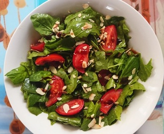 Spinach & tomato salad with roasted almonds