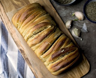 Buttery Garlic Pull apart Bread for #BreadBakers