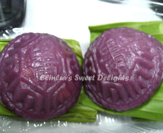 Nyonya  Ang Ku  Kuih / Glutinous Rice Flour Cake With Bean Paste Filling