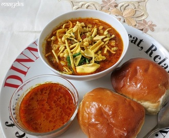 Kolhapuri Misal Pav (Spicy Tomato Stew with sprouts)
