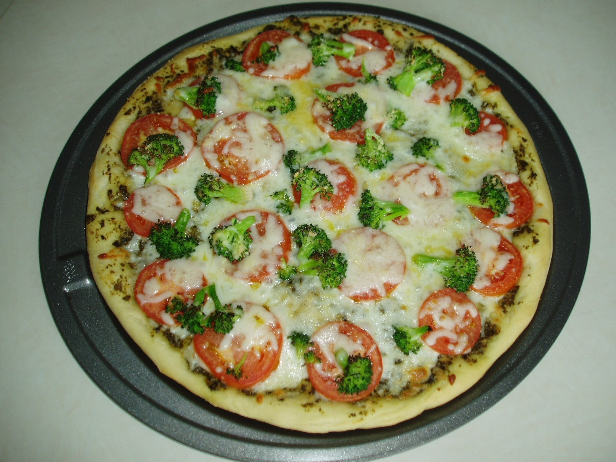 Pesto Pizza with Tomatoes and Broccoli (12-inch)