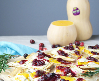 flammkuchen mit butternut-kürbis, ziegenkäse und cranberry soße | tarte flambée with butternut squash, goat cheese and cranberry sauce (vegetarian)