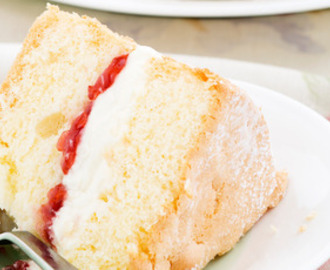 Sponge cake with cream and jam