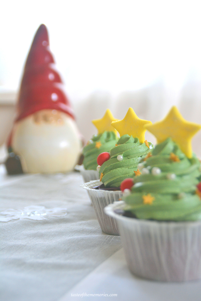 Gingerbread muffins with Christmas tree