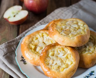 Apfelplunder mit Mandeln aus lockerem Hefeteig /// Sweet apple buns with soft yeast dough and almonds