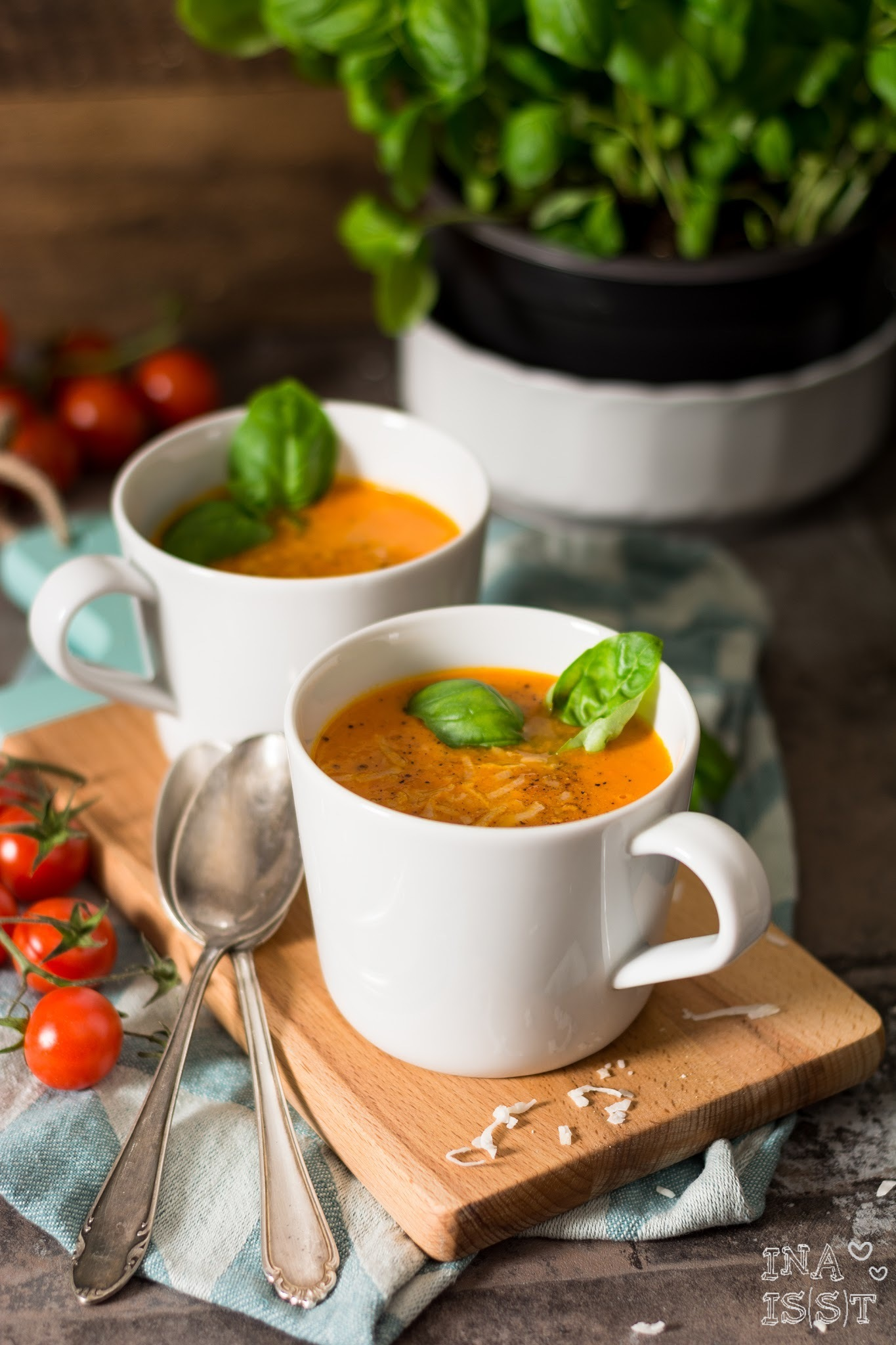 Vegan kochen mit Kokos - Tomaten-Kokos-Suppe mit Basilikum /// Vegan cooking with coconut - tomato-coconut soup