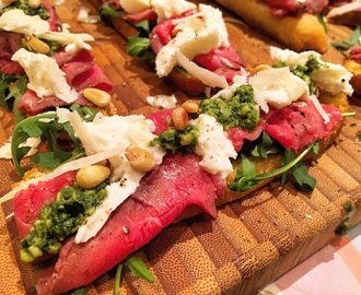 Crostini met rosbief, mozzarella en pesto