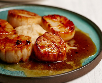Cider-Glazed Seared Scallops With Cauliflower Purée