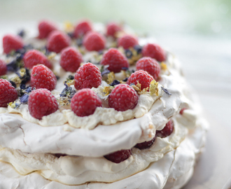 "Raspberry and meringue layer cake / ""Bolo"" de suspiro e framboesas em camadas."
