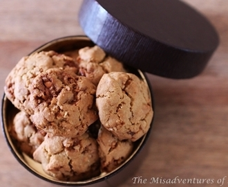 Peanut and cashew toffee cookies