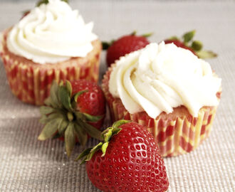 Strawberry Cupcakes with Vanilla Buttercream #SundaySupper
