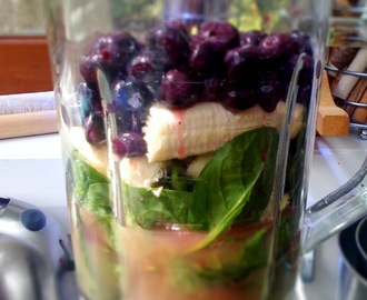 Spinach, banana, blueberry and apple smoothie