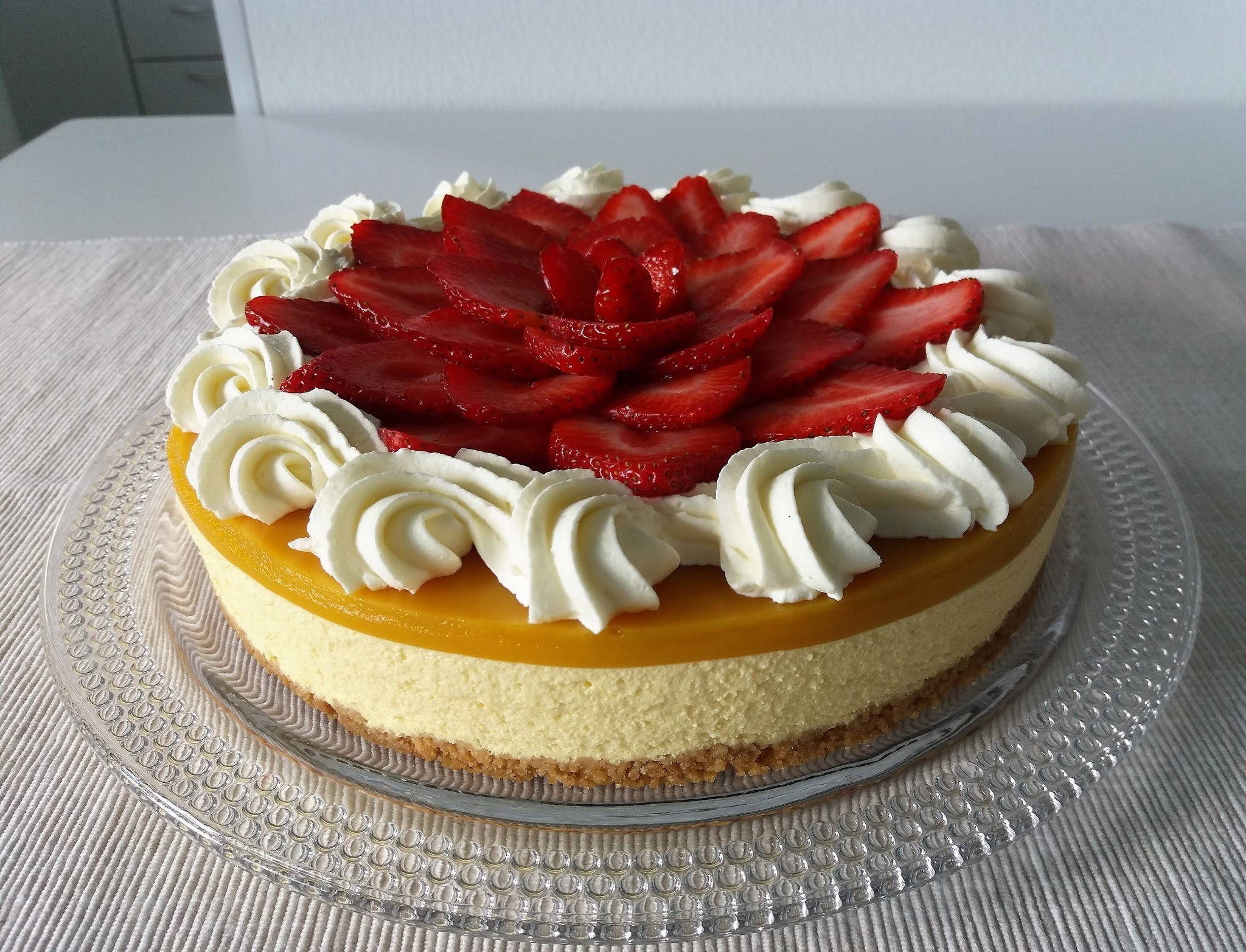 Mansikkainen mango-passionjuustokakku/ Mango-Passion Cheesecake With Strawberries (20cm)