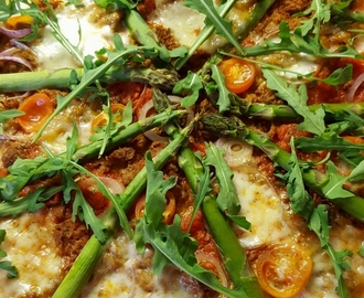 Kasvispizza nyhtökauralla ja parsalla – vegetarian pizza with pulled oats & asparagus