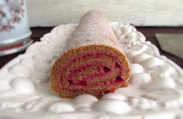 Cinnamon roll cake filled with strawberry cream