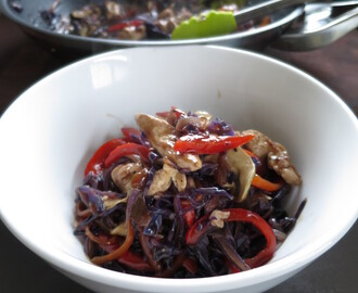 Low calorie chicken and red cabbage stir-fry