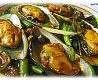 STIR FRIED GREEN MUSSELS WITH ROASTED CHILI PASTE