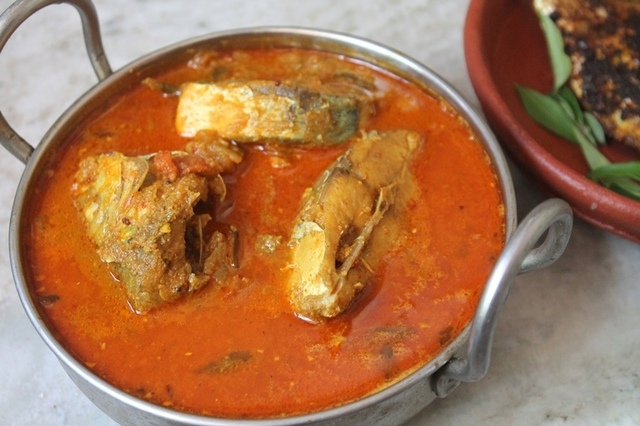 Manchatti Meen Kuzhambu Recipe - Coconut Fish Curry Recipe
