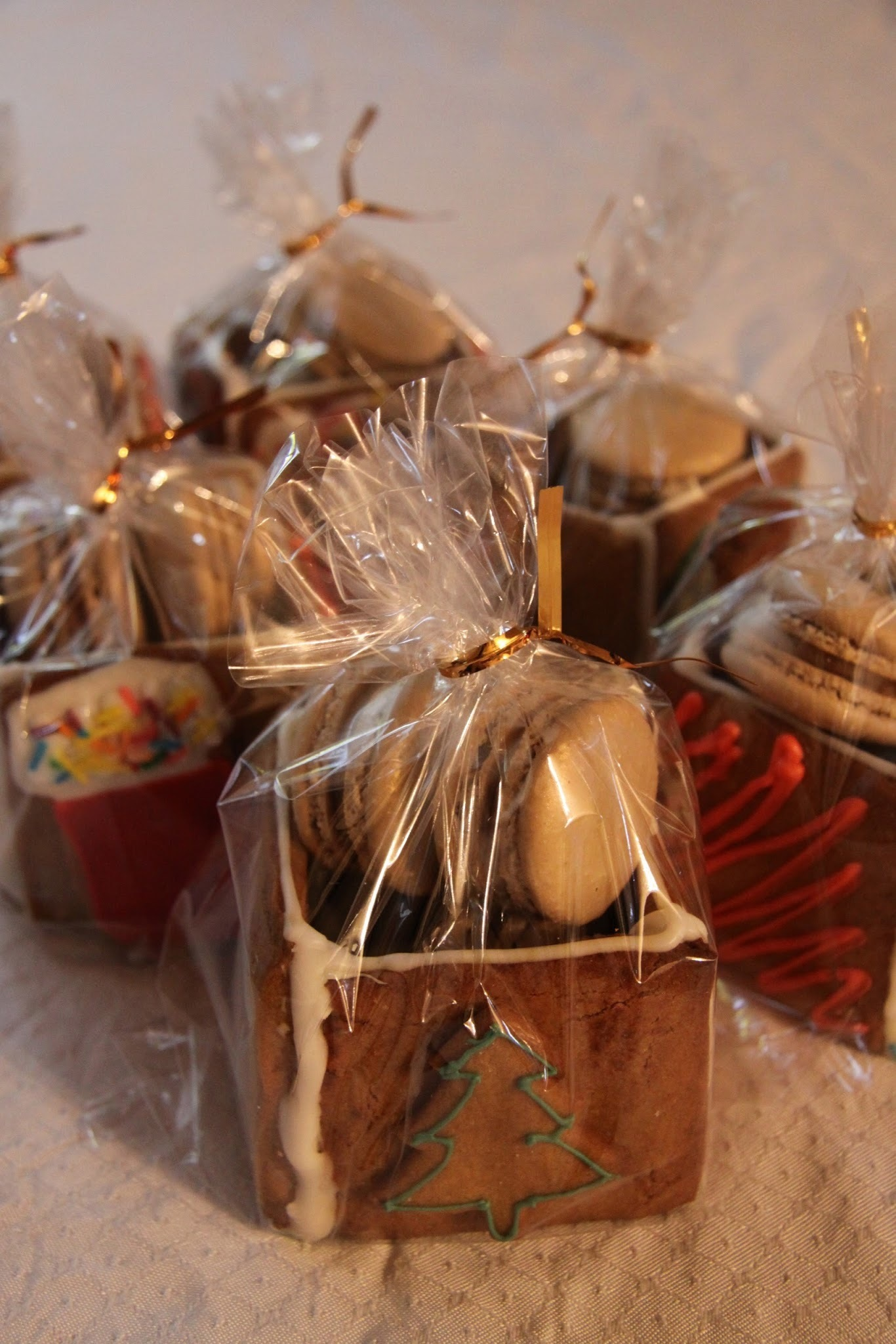 Christmas Gifts: Gingerbread boxes with macarons