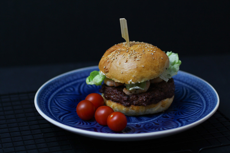 Surf and Turf Burger mit Garnelen & Smokey Barbecue Sauce