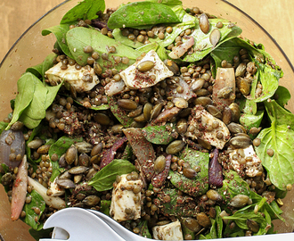 Onion, lentil, spinach and goat's cheese salad