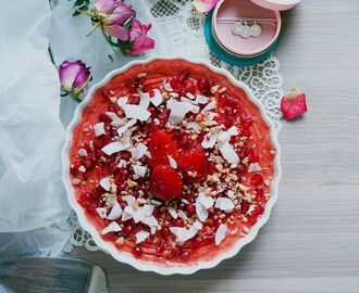 No Food Anxiety! // Strawberry Ice Cream Pie with Coconut Flakes & Pomegranate Seeds