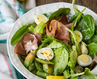 Salad with quail eggs & prosciutto
