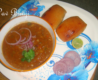 Pav Bhaji / Bread served with Spicy Vegetable Gravy