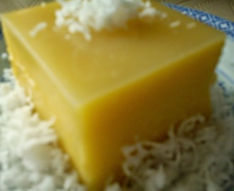 STEAMED PUMPKIN KUIH WITH GRATED COCONUT [金瓜椰丝糕]