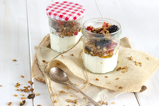 Red berries muesli with homemade granola take away