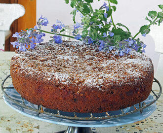 Apple, cinnamon and walnut cake