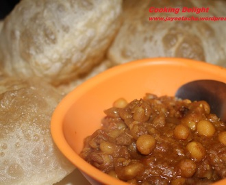 Keema Ghugni or Mangsher Ghugni (Dried Yellow Peas cooked with Mutton keema)