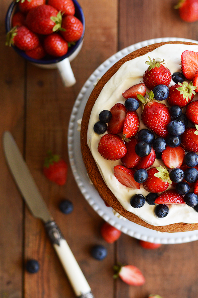 Bolo de Cardamomo com Mascarpone e Frutos vermelhos/ Cardamom Cake with Mascarpone and Berries