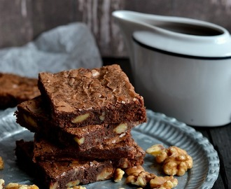Brownies con nueces y salsa de chocolate a la canela