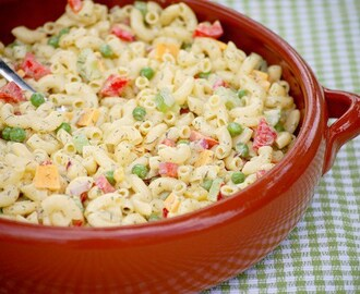 Macaroni salade met dille en piccalilly