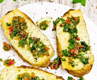 Provolone op toast met Argentijnse chimichurri