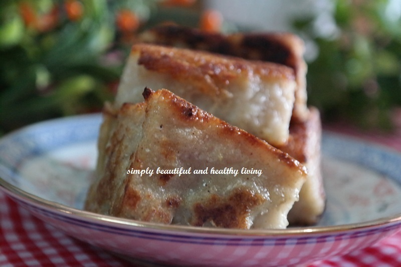 An Easy peasy recipe on how to make a popular Chinese vegan dim sum dish which is deliciously gluten-free and it's none other than Steamed Daikon Radish Cake 萝卜糕