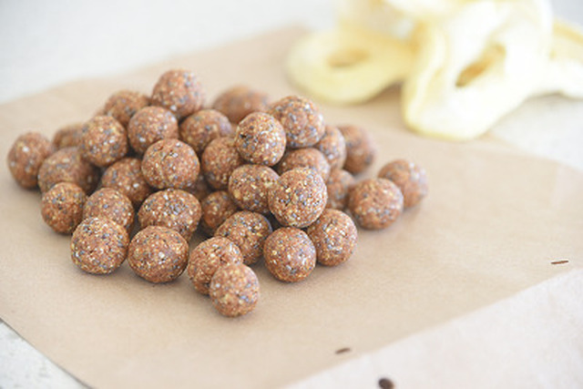 Apple Pie Energy Balls –  Healthy Snacks on the GO