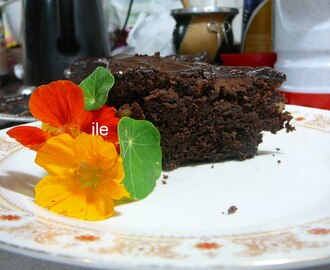 Torta de chocolate con nueces y chips de chocolate