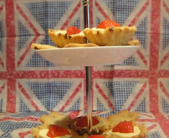 Clotted Cream & Strawberry tart and cookies