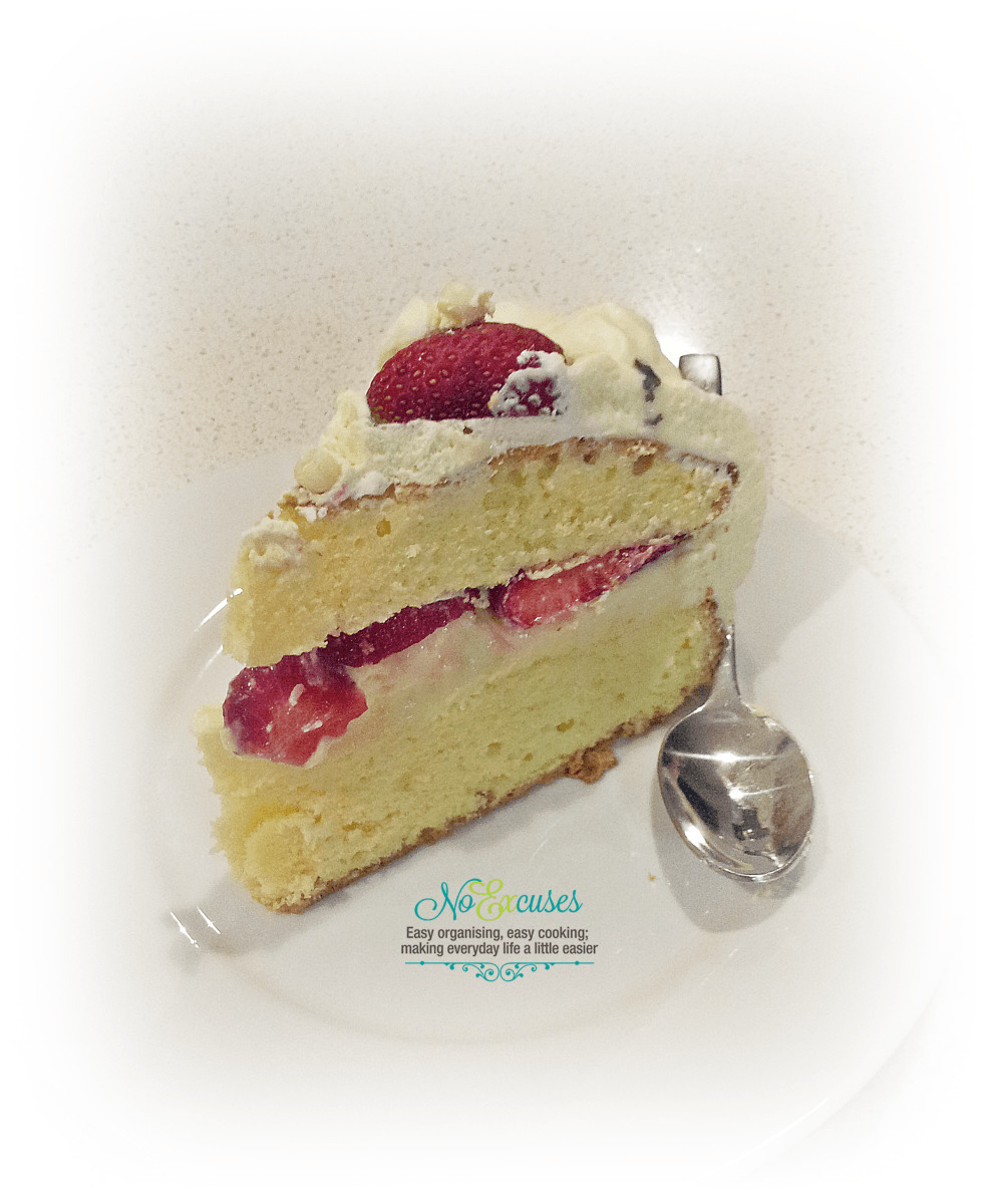 EASY DOUBLE LAYERED CREAM & STRAWBERRY SPONGE CAKE