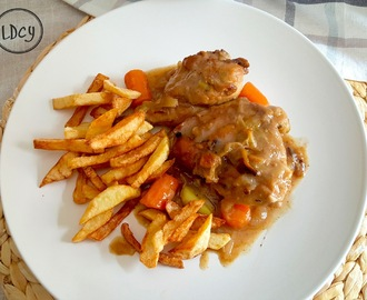 POLLO EN SALSA DE VERDURAS CON GUARNICIÓN DE PATATAS FRITAS/ Chicken in vegetable sauce with chips