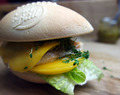 Super Bowl Burger mit Walnuss-Pesto und Mango